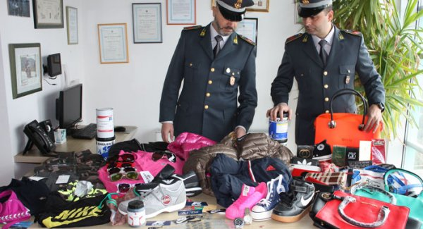 Parma, abiti falsi in negozio del centro: sequestro della Finanza